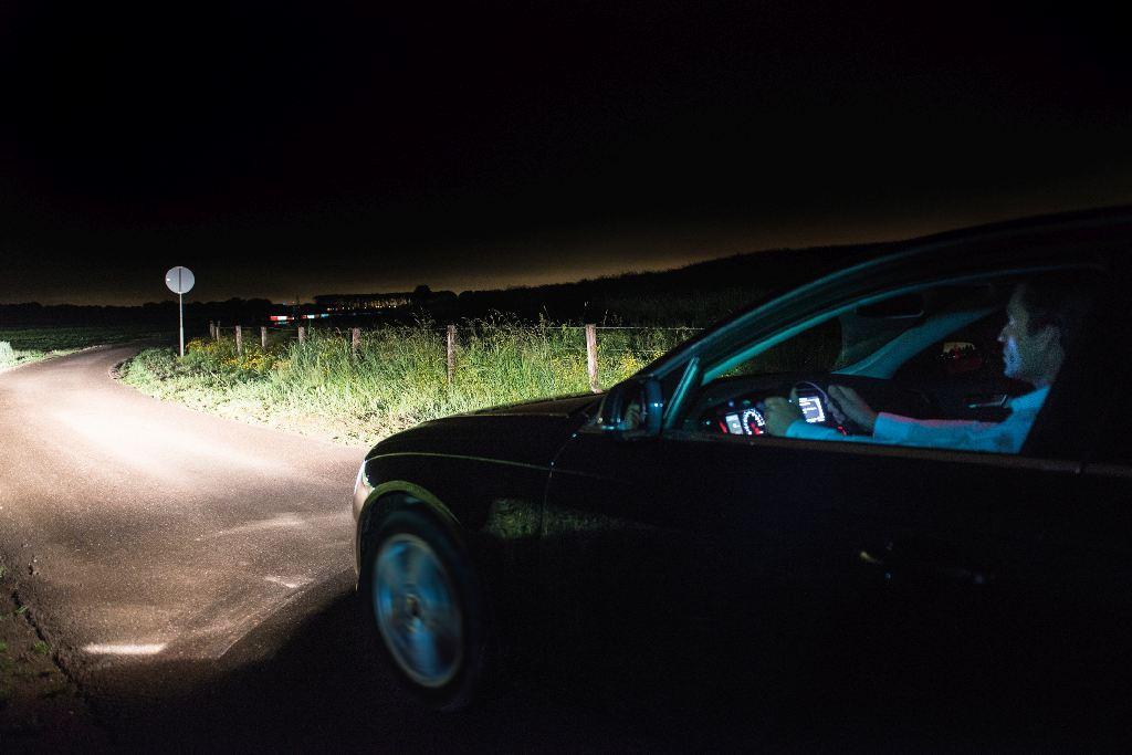 Auto leuchtet in die Nacht
