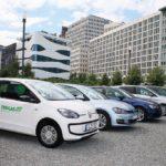 """VW Fox auf einem Parkplatz. Auf der Beifahrertür steht """"Erdgas"""" geschrieben (Treibstoff)"""