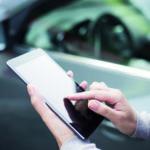 Ein Verbracuher hält sein Smartphone in der Hand, um sich über Autogas zu informieren