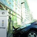Elektromobil an einer Innogy-Ladestation in der Stadt