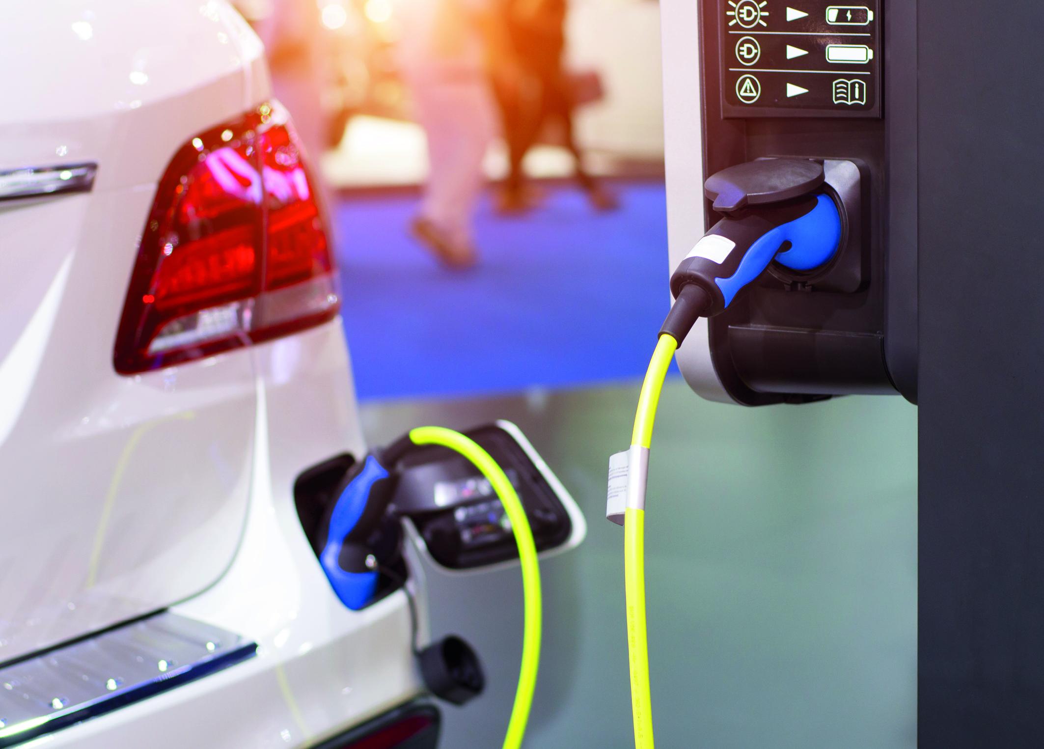 Ein Elektromobil an der Ladestation. (Umfrage bei Neuwagenkunden)