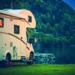 Wohnmobil in der Abenddämmerung an einem Gebirgssee.