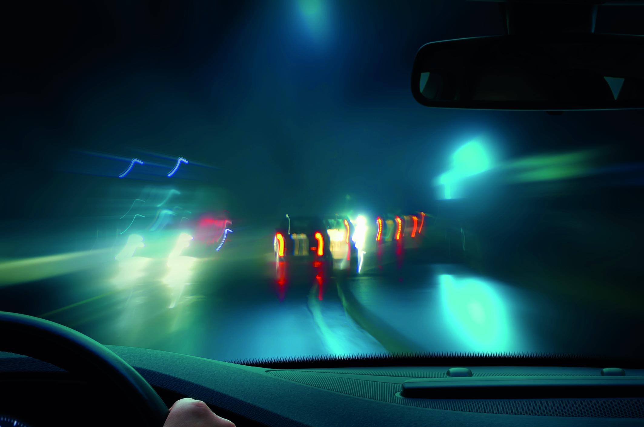 Verschwommene Sicht aus einem Auto, auf die Fahrbahn (Freie Sicht).