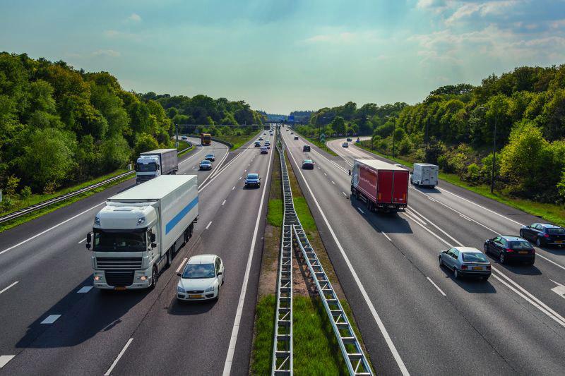 Stark befahrene Autobahn mit Auffahrten und Abfahrten (Panne auf der Autobahn).