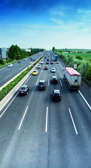 Stark befahrene vierspurige Autobahn (Panne auf der Autobahn).