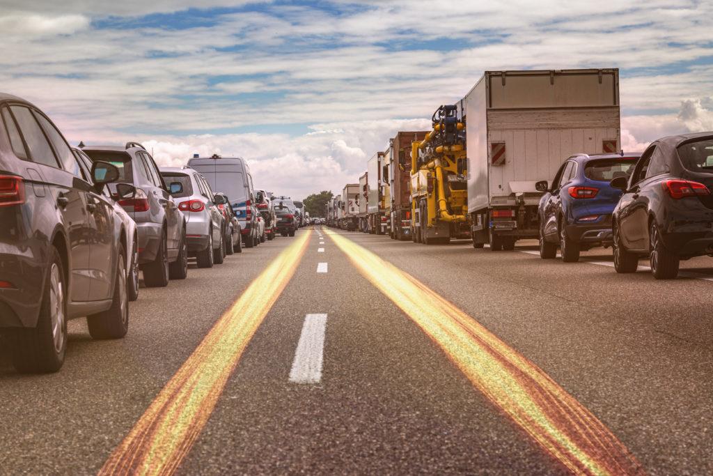 Neuer Bußgeldkatalog 2020: auf einer mehrspurigen Straße bilden zwei Autoreihen eine Rettungsgasse.