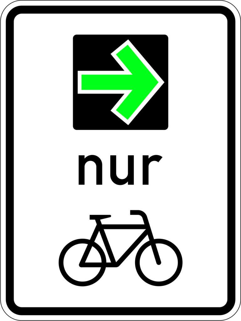Verkehrszeichen mit einem Fahrrad. Oberhalb ein grüner Pfeil der nach rechts zeigt.